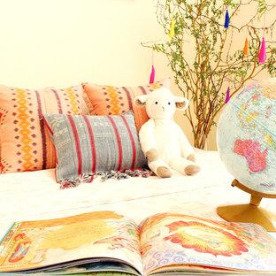 Ejemplo de habitación de bebé neutra marinera, de tamaño medio, con paredes blancas y suelo de piedra caliza