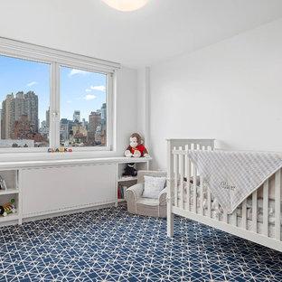 Diseño de habitación de bebé niño tradicional renovada, de tamaño medio, con paredes blancas, moqueta y suelo azul