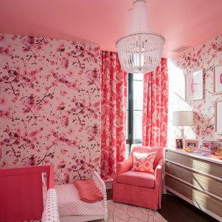 Ispirazione per una grande cameretta per neonata minimal con pareti multicolore, parquet scuro e pavimento marrone