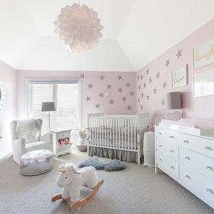 Immagine di una cameretta per neonata tradizionale di medie dimensioni con pareti rosa, moquette, pavimento grigio e soffitto ribassato