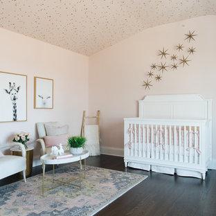 Idee per una cameretta per neonata chic con pareti rosa, parquet scuro e pavimento marrone