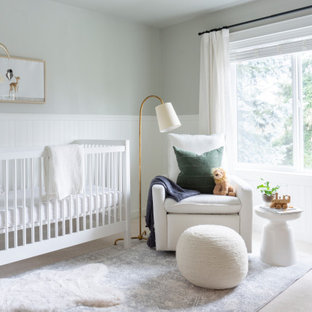 Idee per una cameretta per neonati classica con pareti grigie, moquette, pavimento beige e boiserie