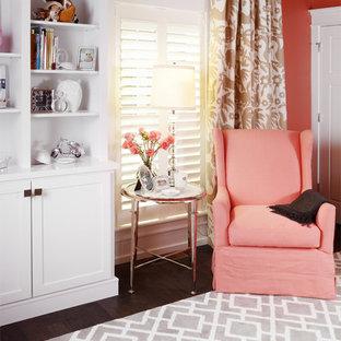 Modelo de habitación de bebé niña clásica, de tamaño medio, con parades naranjas y suelo de madera en tonos medios
