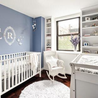 Imagen de habitación de bebé clásica renovada con suelo marrón