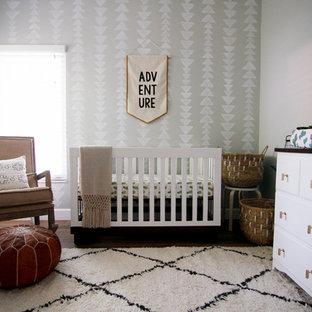 Foto de habitación de bebé ecléctica de tamaño medio