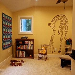 Esempio di una piccola cameretta per neonati neutra stile americano con pareti gialle, moquette e pavimento beige