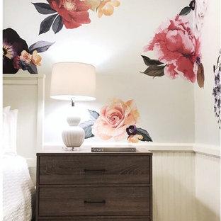 Ejemplo de habitación de bebé niña vintage, de tamaño medio, con paredes blancas