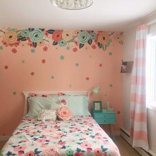 Idée de décoration pour une chambre de bébé fille style shabby chic de taille moyenne avec un mur orange.