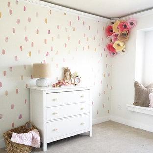 Idées déco pour une chambre de bébé fille romantique de taille moyenne avec un mur blanc.