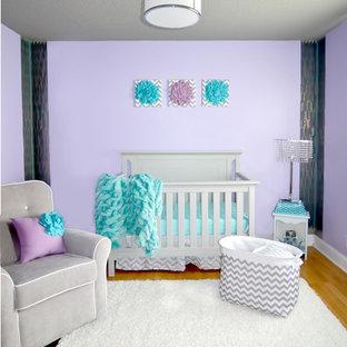 Réalisation d'une chambre de bébé fille minimaliste de taille moyenne avec un mur violet et un sol en bois clair.