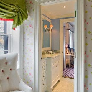 Aménagement d'une chambre de bébé fille romantique de taille moyenne avec un mur rose, moquette et un sol gris.