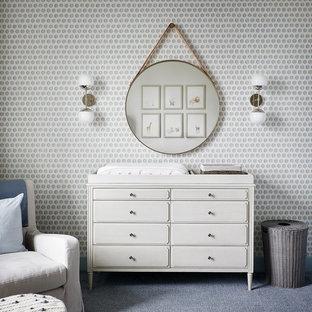 Modelo de habitación de bebé neutra tradicional renovada con paredes multicolor, moqueta y suelo azul