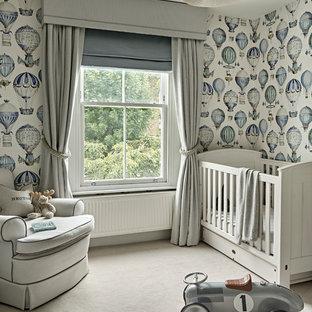 Imagen de habitación de bebé niño tradicional renovada, de tamaño medio, con moqueta, paredes multicolor y suelo beige
