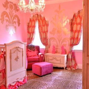 Réalisation d'une grand chambre de bébé neutre tradition avec un mur rose et moquette.