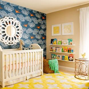 Réalisation d'une chambre de bébé neutre tradition avec un mur multicolore et moquette.