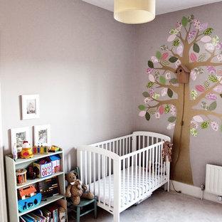 Réalisation d'une chambre de bébé fille victorienne de taille moyenne avec un mur multicolore, moquette et un sol beige.