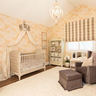 Idée de décoration pour une chambre de bébé tradition.