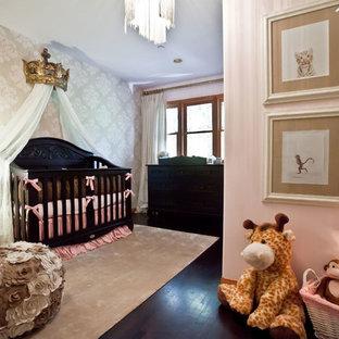 Inspiration för ett babyrum, med rosa väggar och mörkt trägolv