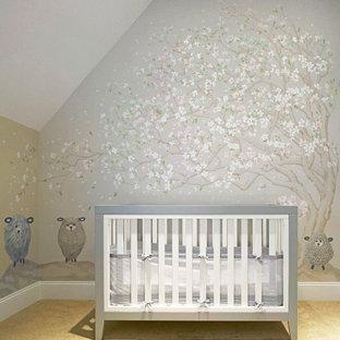 Ejemplo de habitación de bebé neutra tradicional renovada, de tamaño medio, con paredes multicolor, moqueta y suelo beige