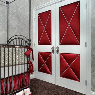 Foto de habitación de bebé niña tradicional, de tamaño medio, con paredes grises y moqueta