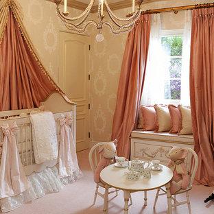 Réalisation d'une chambre de bébé fille tradition avec un mur beige et moquette.