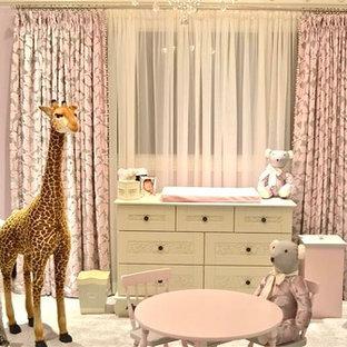 Imagen de habitación de bebé niña tradicional con paredes rosas