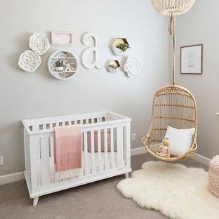 Immagine di una cameretta per neonata shabby-chic style di medie dimensioni con pareti grigie, moquette e pavimento beige