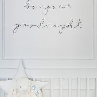 Aménagement d'une chambre de bébé garçon moderne de taille moyenne avec un mur blanc, un sol en marbre, un sol blanc et du lambris.