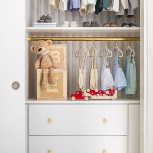 Réalisation d'une chambre de bébé garçon minimaliste de taille moyenne avec un mur blanc, un sol en marbre et du lambris.
