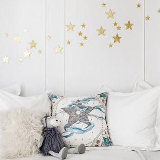 Aménagement d'une chambre de bébé garçon moderne de taille moyenne avec un mur blanc, un sol en marbre et du lambris.