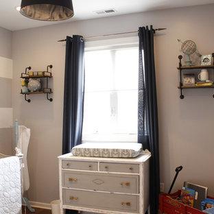 Foto de habitación de bebé niño rústica, de tamaño medio, con paredes grises y suelo de madera en tonos medios