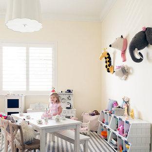 Diseño de habitación de bebé niña marinera, de tamaño medio, con paredes amarillas y suelo de madera oscura