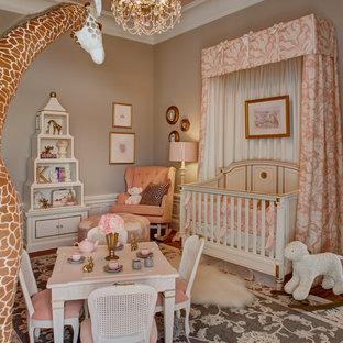 Aménagement d'une grand chambre de bébé classique.