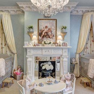 Diseño de habitación de bebé niña tradicional, grande, con paredes azules, moqueta y suelo beige