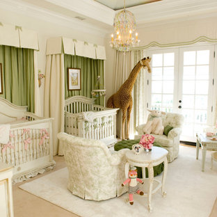 Foto de habitación de bebé niña tradicional, grande, con paredes beige y moqueta