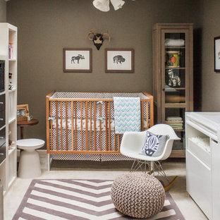 Diseño de habitación de bebé neutra contemporánea, pequeña, con paredes marrones y moqueta