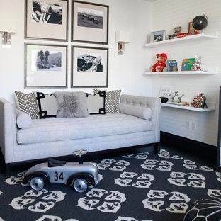 Ejemplo de habitación de bebé niño tradicional renovada, de tamaño medio, con paredes blancas, moqueta y suelo multicolor
