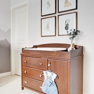 Diseño de habitación de bebé neutra rural, de tamaño medio, con paredes grises, suelo de baldosas de cerámica y suelo beige