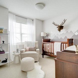 Esempio di una cameretta per neonati neutra rustica di medie dimensioni con pareti grigie, pavimento con piastrelle in ceramica e pavimento beige