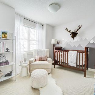 Idée de décoration pour une chambre de bébé neutre chalet de taille moyenne avec un mur gris, un sol en carrelage de céramique et un sol beige.
