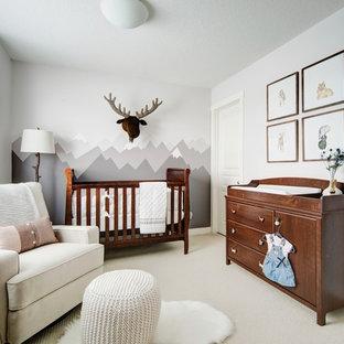 Ejemplo de habitación de bebé neutra rural, de tamaño medio, con paredes grises, suelo de baldosas de cerámica y suelo beige