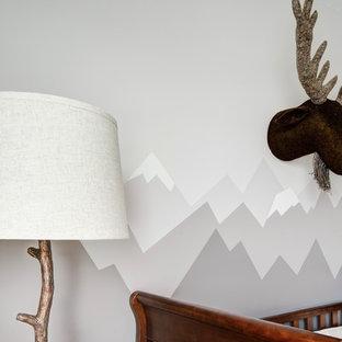 Aménagement d'une chambre de bébé neutre montagne de taille moyenne avec un mur gris, un sol en carrelage de céramique et un sol beige.