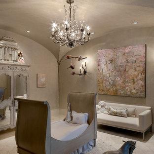 ヒューストンの大きい地中海スタイルのおしゃれな赤ちゃん部屋 (ベージュの壁) の写真