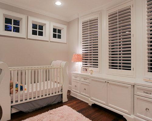 babyzimmer mit dunklem holzboden und beiger wandfarbe. Black Bedroom Furniture Sets. Home Design Ideas