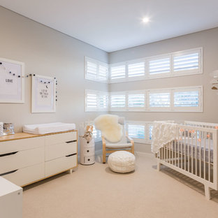 Foto de habitación de bebé neutra nórdica con paredes grises, moqueta y suelo beige