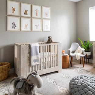 Idée de décoration pour une chambre de bébé neutre marine de taille moyenne avec un sol beige, un sol en bois clair et un mur beige.