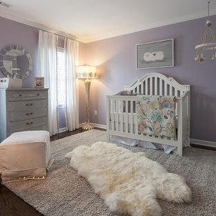 Ejemplo de habitación de bebé niña tradicional renovada, de tamaño medio, con paredes púrpuras y moqueta