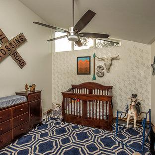 Bild på ett rustikt babyrum, med vita väggar, mörkt trägolv och blått golv