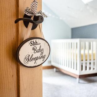 Cette photo montre une grand chambre de bébé garçon moderne avec un mur bleu, moquette et un sol blanc.
