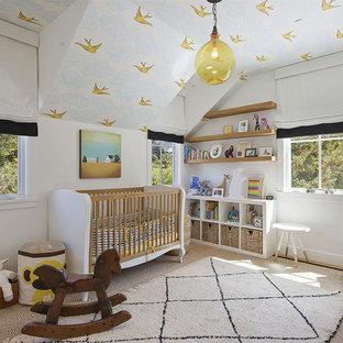 Esempio di una cameretta per neonati neutra country con pareti bianche, moquette e pavimento beige